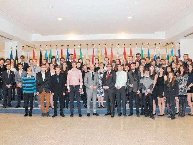 Výherci se při návštěvě evropského parlamentu vyfotili s europoslancem Petrem Ježkem.