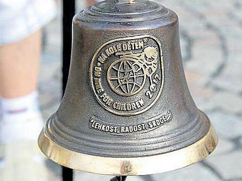Zvonař Jan Šeda věnoval nadaci Na kole dětem14 zvonů. Jeden z těchto pamětních zvonů předal minulý týden cyklista Josef Zimovčák starostovi města Bruntálu Petru Rysovi.