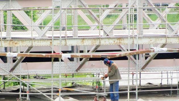 Ocelový most z roku 1900 je pozoruhodnou technickou památkou. Opravy si vyžádaly celkovou uzavírku. Rekonstrukce má být hotová do konce června.