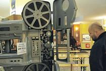 Nablýskaný promítací stroj UM 70/35 budou i letos mít možnost návštěvníci obdivovat v kabině při práci i ve vestibulu kina.
