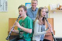 Úspěšní klarinetisti Richard Švéda a Viktorie Kutálková společně s jejich učitelem Pavlinem Panajotovem.