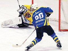 Krnov na ledě Studénky neuspěl. Útočník Jan Kostovský přesto vstřelil soupeři dva góly.Na snímku právě překonává gólmana Medka.