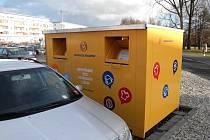 Krnované mohou do těchto kontejnerů kromě šatstva vhazovat také lůžkoviny, prostěradla, ručníky, utěrky, záclony, deky, peřiny a polštáře, spacáky a nepoškozenou obuv.