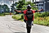 Milan Polanský z Města Albrechtic dokazuje na motorce, jaké je jeho životní krédo. Jet na plný plyn.
