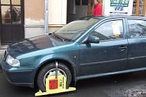Za špatné parkování hrozí pokuta a botička.