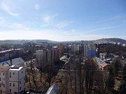Petr Volčík pořídil záběry z komínu v areálu bývalé nemocnice v Nádražní ulici, ještě než komín strhli.
