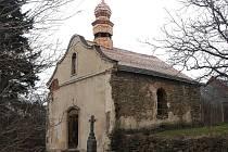 Kaplička v Horních Povelicích září novotou díky dotačnímu programu ministerstva kultury, který na Krnovsku běží už čtvrtým rokem. Na snímcích můžeme srovnat kapličku před a po renovaci.
