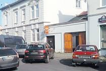 Horova ulice v Krnově. Na tomto místě došlo v úterý 1. listopadu k vloupání do auta. Řidič auto zamkl a na 15 minut odešel. Z auta zmizely cigarety za 170 tisíc.