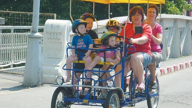 Zábavné čtyřkolky brázdí ulice Krnova už od začátku letní sezony. Zbrusu novou službu firmy Fun-line využívají hlavně rodiny s dětmi a turisté, kteří se o možnosti poznat město prostřednictvím čtyřkola dozvídají většinou v krnovském informačním centru.