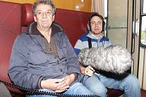 Pepa Polášek vyfotil režiséra dokumentu Cinematerapie Ivana Vojnára (vlevo) při cestě vlakem.