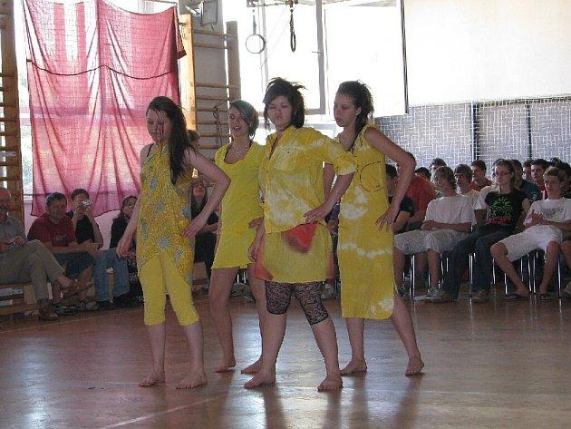 Módní přehlídkou se studentky oboru textilní výtvarník v Krnově rozloučily se školním rokem a přivítali prázdniny.