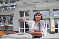 Starostka Zátoru Salome Sýkorová představuje probíhající zateplení fasády školy.
