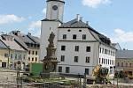 Rekonstrukce náměstí Míru v Rýmařově. Kvůli prvním objevům v Radniční ulici archeologové zastavili stavbu, ale po dohodě a městem probíhají stavební práce zároveň s archeologickými.