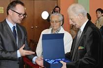 Petr Beck získal cenu Post urbem conditam Bruntál, kterou ve městě ještě nikdy v historii zastupitelé neudělili.  Jarmila Pösslová, jejíž rodina i ona sama za války podporovala partyzány, se stala letošní Osobností města Bruntálu.