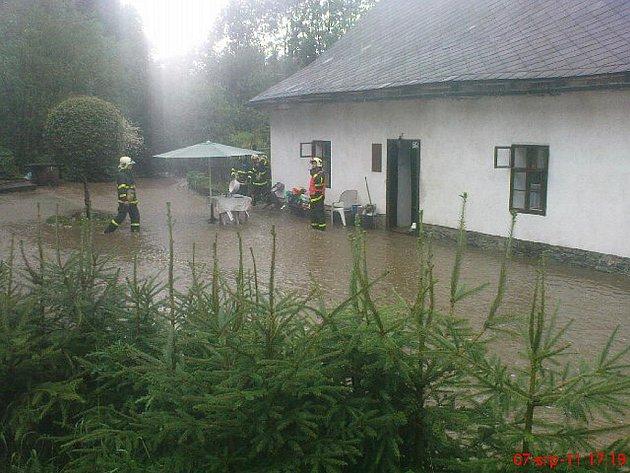 Tři desítky výjezdů kvůli silné vlně dešťových přeháněk mají na kontě po nedělním podvečeru a části večera 7. srpna 2011 dobrovolní a profesionální hasiči v Moravskoslezském kraji.