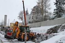 Ani zima a sníh nezastavil stavební práce pod Mateřskou školou Sladovnická v Bruntále směrem k Okružní ulici.