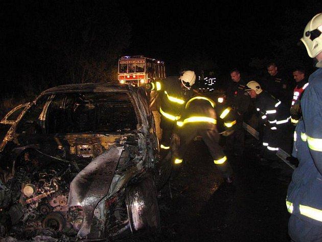 Dvě jednotky hasičů zasahovaly v noci z úterý na středu v Leskovci nad Moravicí při požáru osobního automobilu BMW X6.