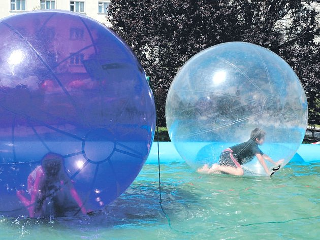 Aquazorbing je atrakce založená na chození po vodní hladině vnafukovací kouli. Tato novinka se představila přímo vbazénku na krnovském náměstí. Děti brzy zjistily, že udržet se na nohou a chodit ve vratké kouli vůbec není jednoduché.