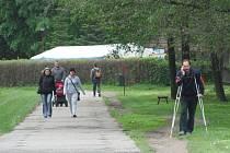 Panelová cesta k jezu je nepříjemná hlavně pro kočárky a cyklisty, ale také mnozí chodci dávají přednost sousední vyšlapané stezce. Zdá se, že panely tu zůstanou ještě dlouho.