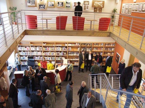 Knihovna vHorním Benešově je ideální místo nejen pro půjčování knih, ale ipro pořádání výstav a dalších kulturních akcí.