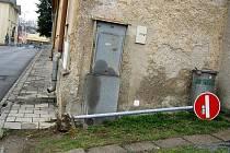 VYVRÁCENÁ ZNAČKA. Výsledky řádění vandalů jde bohužel často vidět v ulicích. Na vyvrácenou značku narazili bruntálští městští strážníci v neděli na Okružní ulici.