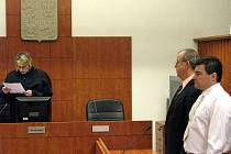 Obhájce Rastislav Vlček (uprostřed) policistu Tomáše Kynického vysekal z obžaloby z podvodu s propustkami na studium vysoké školy.