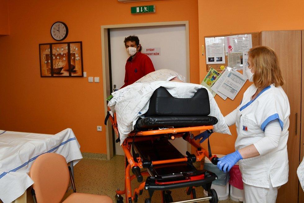 Ve čtvrtek byli přesunuti poslední pacienti zkrnovské jednotky DIOP do nové apalické jednotky ve Městě Albrechticích. Vuvolněných prostorách vzniknou další lůžka pro pacienty stěžkým průběhem onemocnění Covid-19.