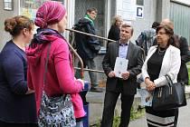 Po příjezdu do Slezské diakonie v Bruntále uvítaly ministryni Michaelu Marksovou (v bílém) pracovnice Barbora Gavendová a Šárka Gaudková (zleva).