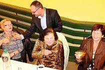 Bruntálský starosta Petr Rys si připil s jubilantkou Marií Kazárovou, ještě předtím si skleničkou vína přiťukly se starostou Alena Opálková a Vlasta Čecháková (zleva).