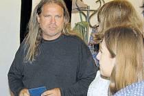 Petr Strnadel, zakladatel protitotalitního hnutí Diletant, převzal na gymnáziu děkovnou medaili.