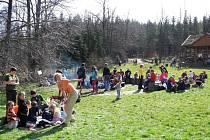 """Putování ke studánce v sobotu 19. března nese podtitul """"Když voda chybí nejen lesu"""". Organizátoři ukážou dětem na Ježníku také lesy poškozené extrémním suchem."""