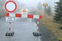 Značka zákazu vjezdu zastaví motoristy při cestě z Rýmařova do Jiříkova. Provozovatel tamní galerie Jiří Halouzka ale uklidňuje všechny návštěvníky, že k němu dojet autem i navzdory zákazu vjezdu mohou.