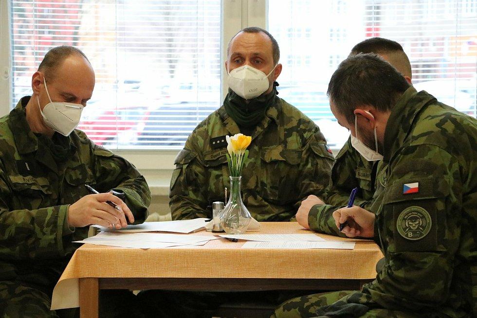 Armáda vyslala dvanáct vojáků na pomoc Domovu pro seniory v Krnově.