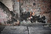 Místo v dezinatuře, ze kterého se podle vyšetřovatelů rozšířil požár Karnoly, bylo na podlaze u zdi. Dřevěný strop nad ním prohořel, ale dřevěné sloupy žár vydržely, takže nedošlo ke zřícení celého stropu.