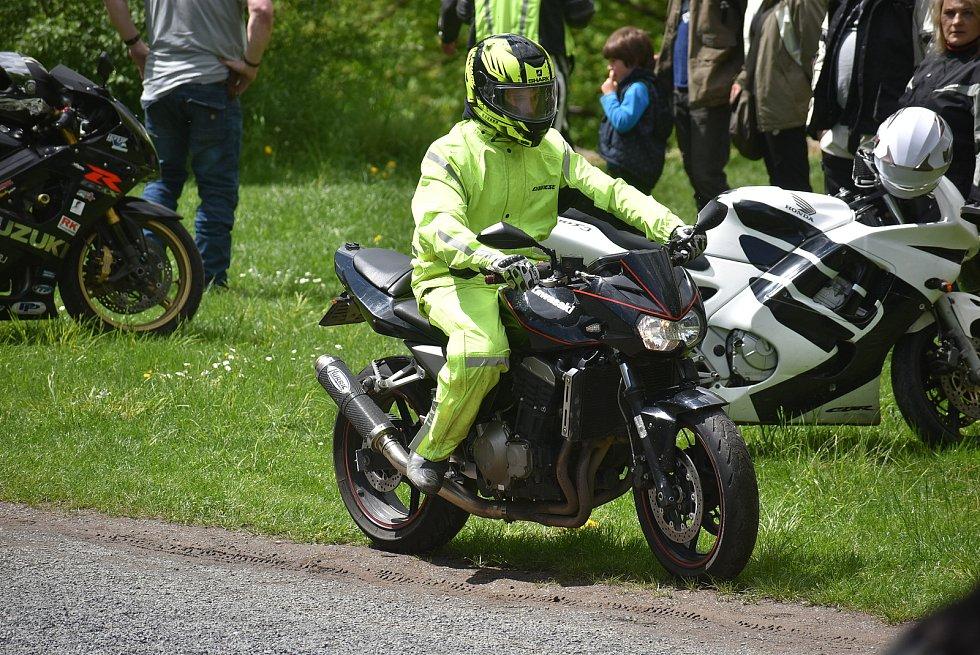 Navzdory deštivé až povodňové předpovědi motorkářům přálo štěstí. V Krnově v poutním kostele na Cvilíně zahájili sezonu modlitbou. Neděle 16. května 2021.