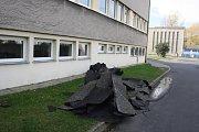 Škody způsobené silným větrem v úterý 30. října v areálu městských lázní v Krnově.