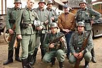Milovníci vojenské historie se krnovskému publiku představí 25. listopad, kdy má v kině Mír premiéru Habermannův mlýn režiséra Juraje Herze. Krnováci, kteří se na natáčení tohoto filmu podíleli jako statisté, opatrují ve svém archivu tuto fotku.