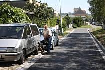 Panelová komunikace podél Albrechtické ulice byla původně položena jako provizorium, které nakonec vydrželo na čtyři desetiletí. Od srpna už také zde konečně mají k dispozici kvalitní asfalt.
