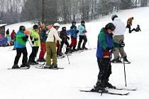 Vynikající sněhové podmínky k lyžování jsou v tomto týdnu v Karlově pod Pradědem. Lyže ochutnávají v Turistickém centru Pawlin například žáci z jihu Moravy.