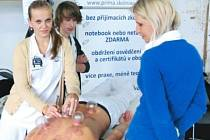 Baňkovou masáž předváděla na veletrhu Artifex 2012 studentka Kateřina Juránková ze Soukromé střední odborné školy Prima z Rýmařova.