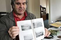František Rechtorik se raduje z desítek neznámých historických fotografií v knize, kterou se mu podařilo koupil na německém internetovém portálu.