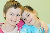 Budoucí žákyně: (zleva) Magdalénka Krakovská a Elinka Vitásková se na svůj první školní den moc těší.