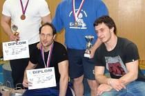 Krnovští siloví trojbojaři přivezli z Ostravy tři medaile. Nahoře zleva bronzový Jiří Olejko a stříbrný Milan Greguš. Dole vlevo Josef Šindelář, který také získal stříbrnou medaili.