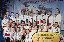 Tanečníci ze Stonožky se vraceli s medailemi z Třince ze soutěže Taneční skupina roku.