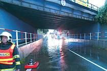 Hasiči v úterý dvě hodiny odčerpávali vodu pod železničním viaduktem v Albrechtické ulici v Krnově. Zhruba padesát centimetrů stojaté vody na silnici měl na svědomí nejen vytrvalý déšť, ale také nefunkční čerpadla v kanalizaci, která mají vodu odvádět.
