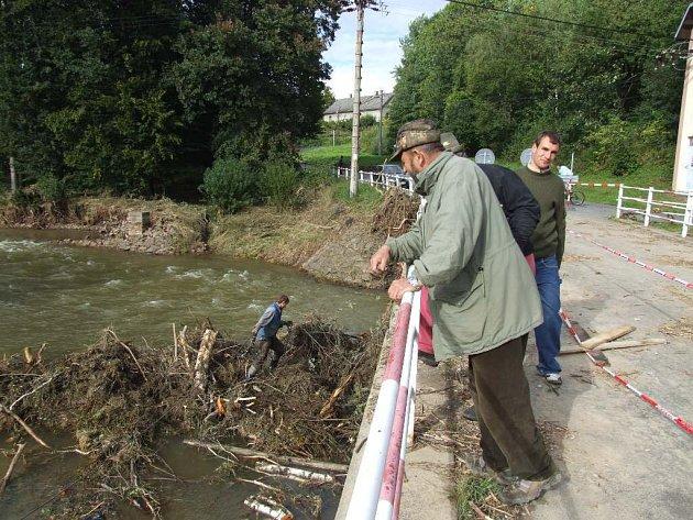 Most v Dívčím Hradu povodeň zle poničila, od včerejška po něm řidiči znovu projedou.