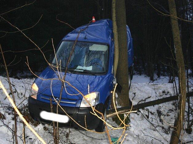 V těžké zranění padesátiletého řidiče vyústila středeční nehoda Citröenu Berlingo u Ondřejova.
