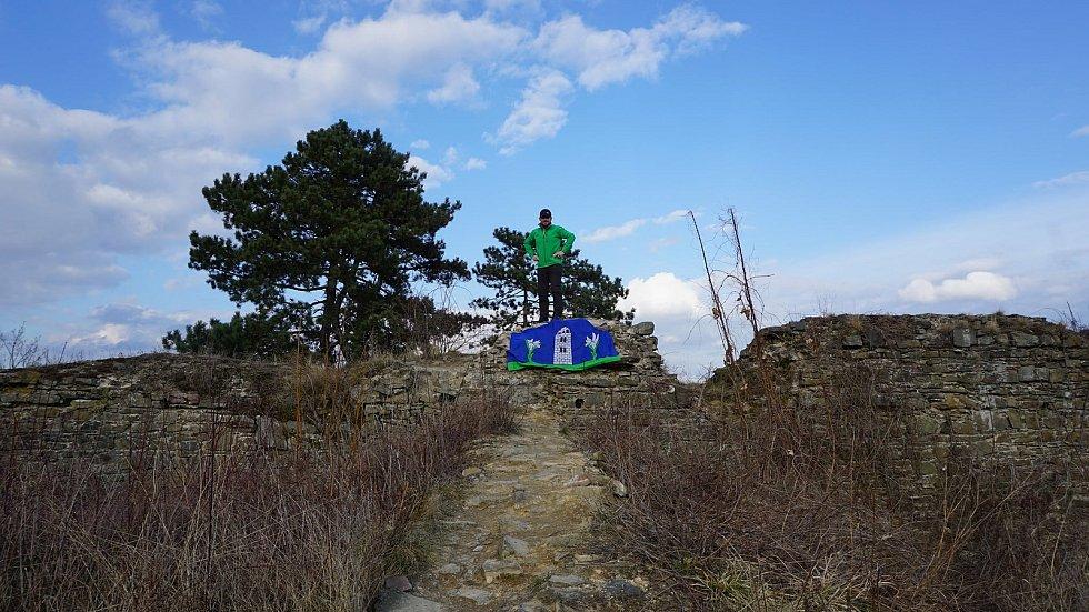 "Starosta Úvalna Radek Šimek reagoval na zákaz výletů mimo katastr obce recesistickou akcí ""Úvalňák na tripu"". Skončilo to vyvěšením vlajky Úvalna na hradbách Šelenburku a anexí krnovské zříceniny."