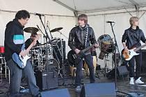 Nadšená náctiletá děvčata postávají pod pódiem, když na ně vystoupá mladá bruntálská punk rocková kapela On the way. Přestože teprve věkem od třinácti do šestnácti let, mají kluci rytmus v tělech.