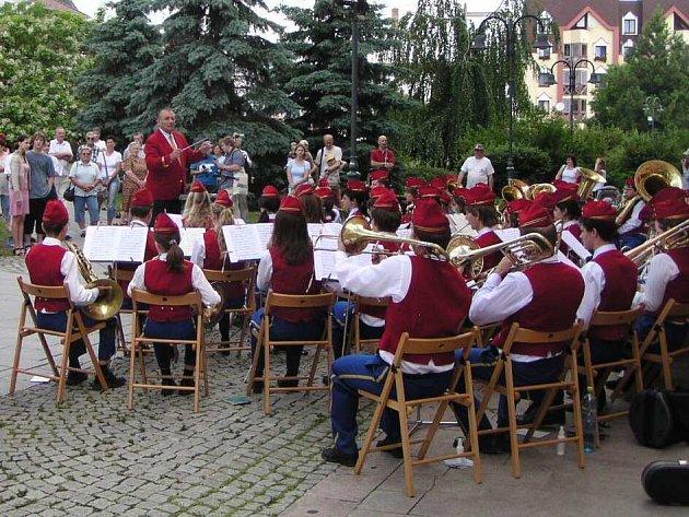 Karel Dospiva se svým orchestrem.